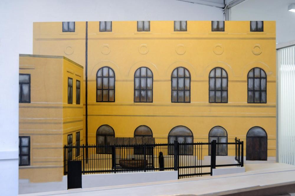 Modell av gult hus, med arken innanför galler. Jan Håfström Arken