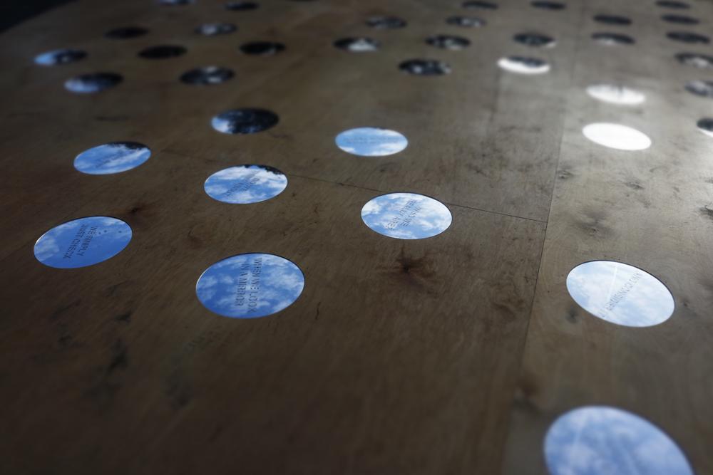 Detalj av ett trägolv med cirkulära speglar. Nisrine Boukhari, Imaginary Wholeness/Fragmentary Reality.