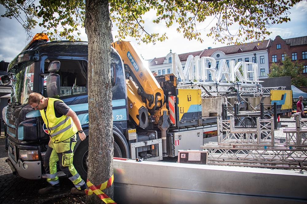 Verket Mirakel uppställd på ett lastbilssläp. Santiago Mostyn, Mirakel.