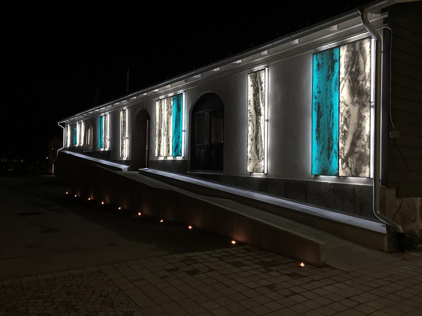 I verket Correlation i Sundsvall lyses mönstrade corianplattor upp på kvällen.