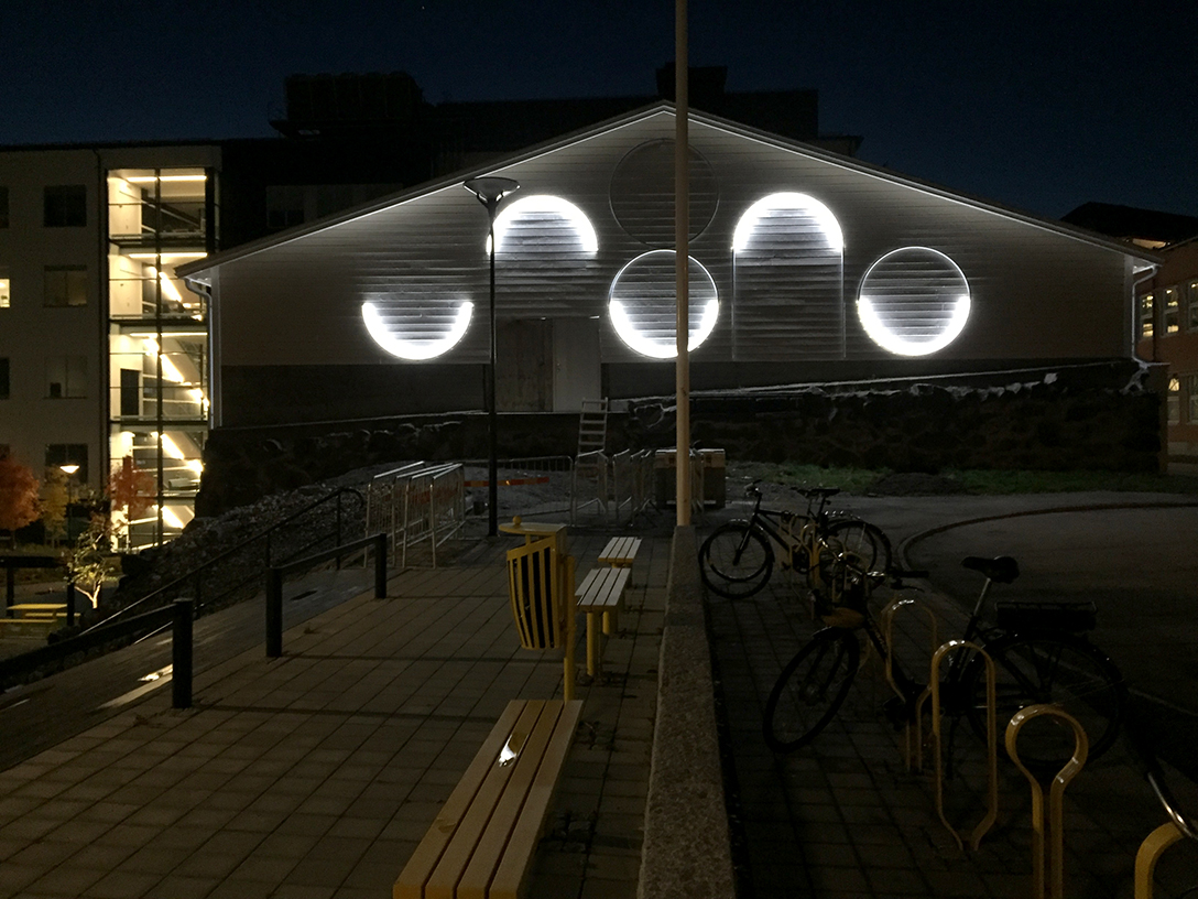 At night the arcs shines on the gable, making a new pattern.