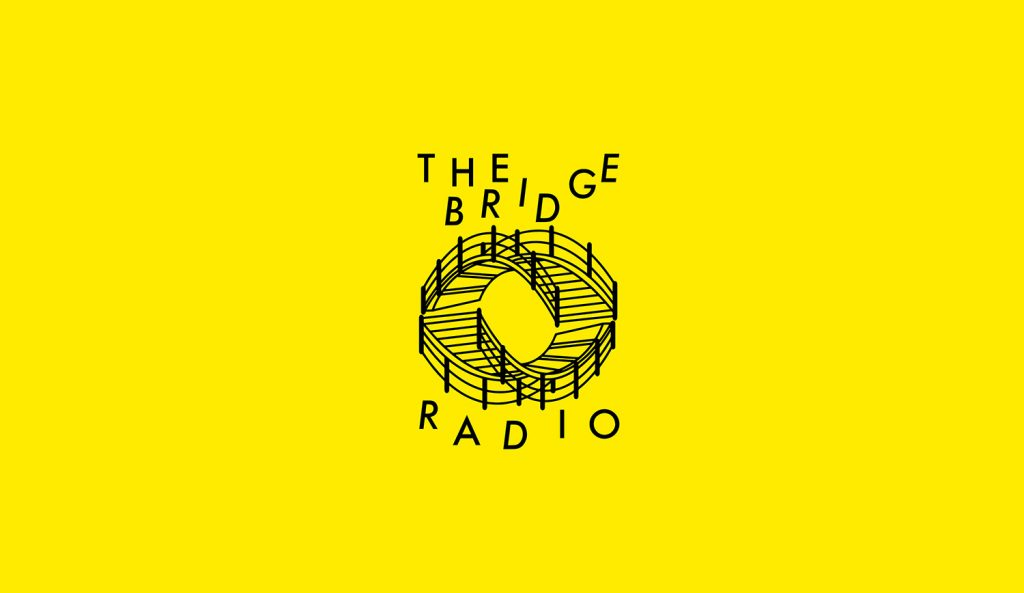Logga formad som två broar med text the bridge radio